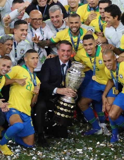 O presidente Jair Bolsonaro e a Seleção Brasileira celebram a vitória do Brasil na Copa América 2019, no Maracanã