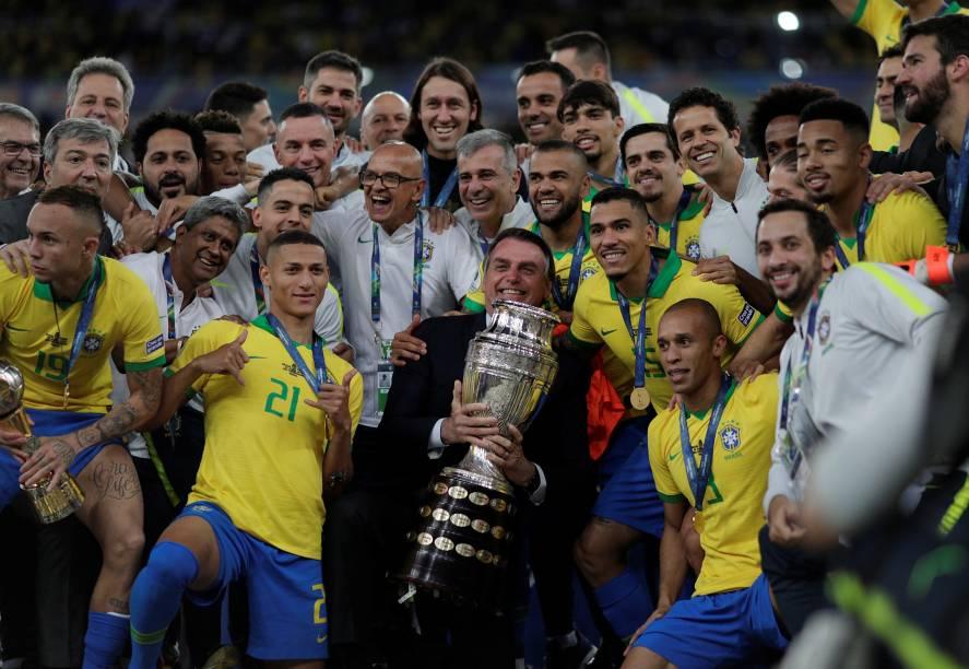 O presidente Jair Bolsonaro e a Seleção celebram a vitória do Brasil na Copa América 2019, no Maracanã