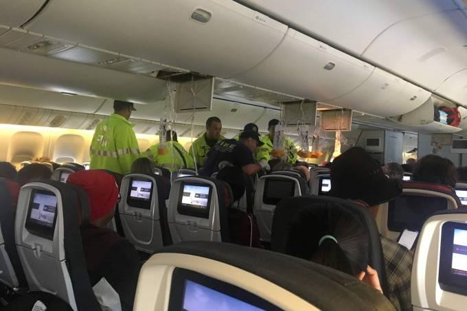 Resgate auxilia passageiros depois de avião da Air Canada fazer pouso de emergência no Havaí