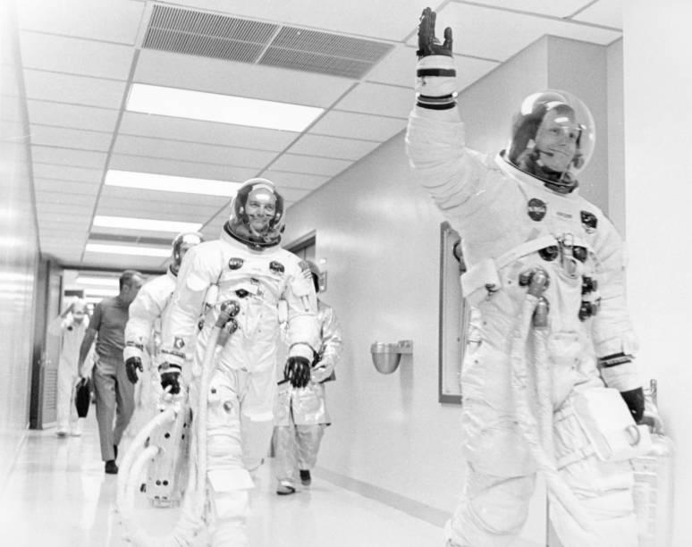 Neil Armstrong acena pouco antes do lançamento da Apollo 11, ao lado de Mike Collins e Buzz Aldrin - 16/07/1969