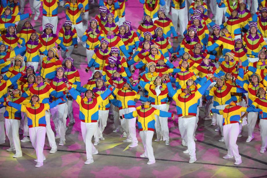 Dançarinos se apresentam durante a cerimônia de abertura, em Lima, no Peru
