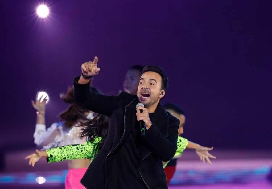 O cantor porto-riquenho, Luis Fonsi, se apresenta durante a cerimônia de abertura, em Lima