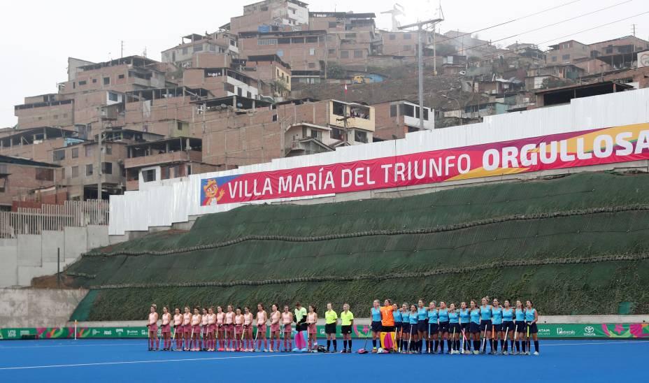 Seleções de Argentina e Uruguai perfiladas antes da partida de Hockey entre as equipes, em Lima