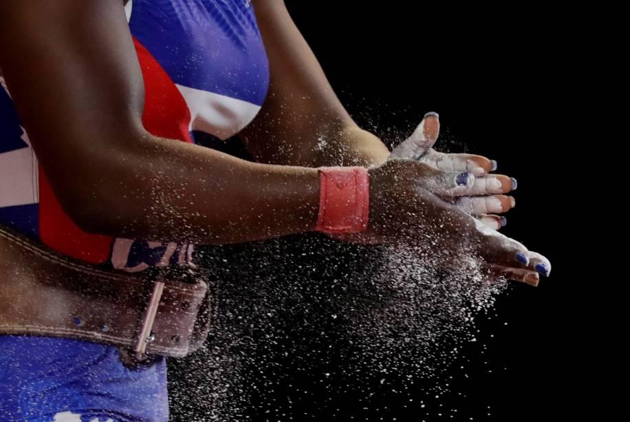 Atleta cubana se prepara para sua exibição pela competição de Levantamento de Peso no Coliseo Mariscal Caceres, em Lima