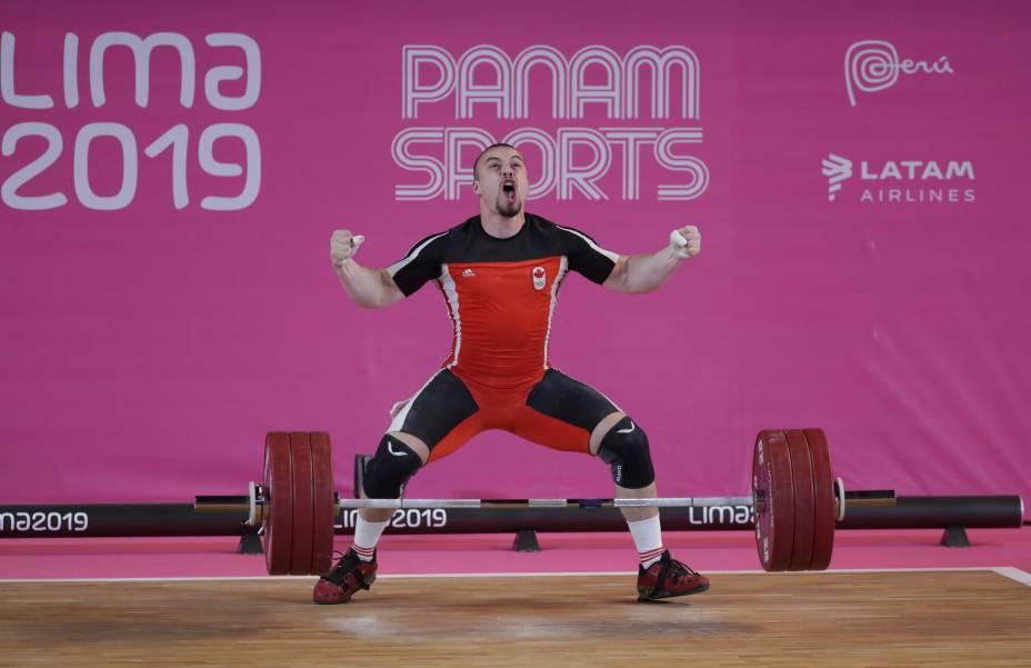 O canadense Robert Santavy vibra após a sua performance na competição de levantamento de peso para atletas até 96kg, no Mariscal Caceres Coliseum, em Lima