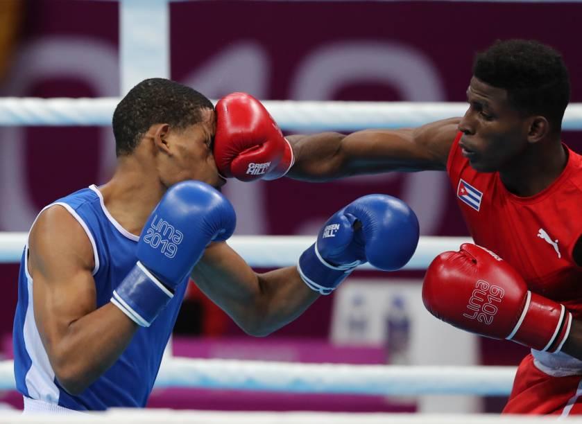 O cubano Andy Cruz acerta golpe certeiro no adversário Hendri Cedeno Martinez, pelas quartas de final de boxe, na categoria até 64kg