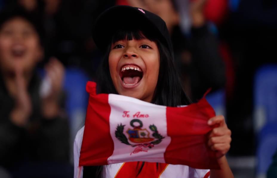 Torcedora peruana animada durante a competição de Taekwondo, no Callao Sports Center, em Lima