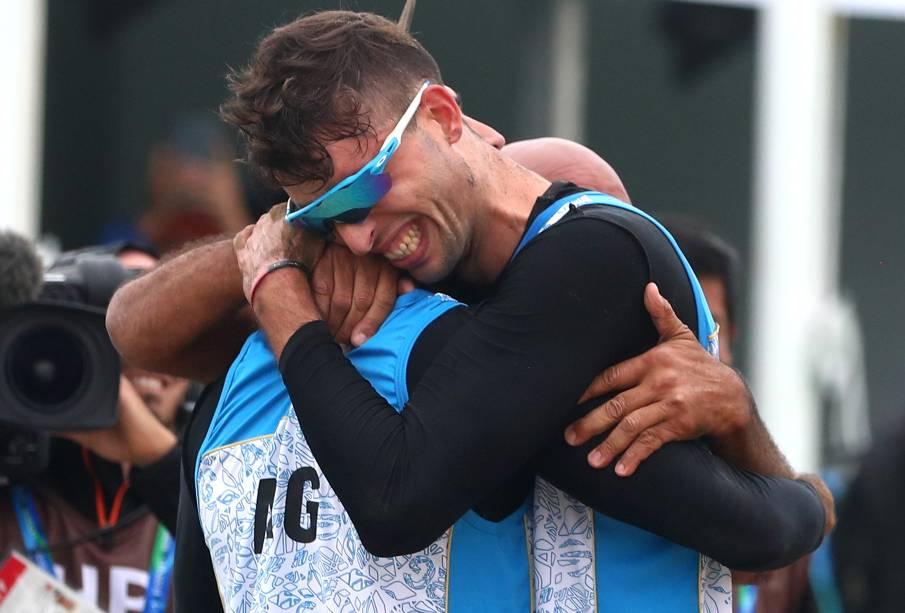 Nicolas Capogrosso e Julian Azaad, da Argentina, comemoram após garantirem o bronze pelo Vôlei de Praia