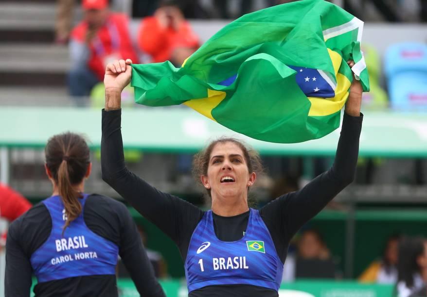 Angela Rebouças e Carolina Horta comemoram após garantirem o bronze para o Brasil em duelo contra Cuba pelo Vôlei de Praia