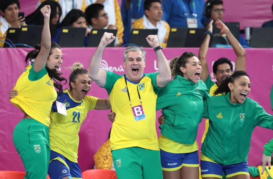 O técnico do Brasil, Jorge Duenas, comemora depois que sua equipe derrotou a Argentina e garantiu a medalha de ouro pelo Handebol Feminino