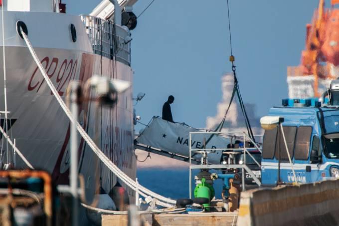 Migrantes desembarcam de navio-patrulha italiano Gregoretti