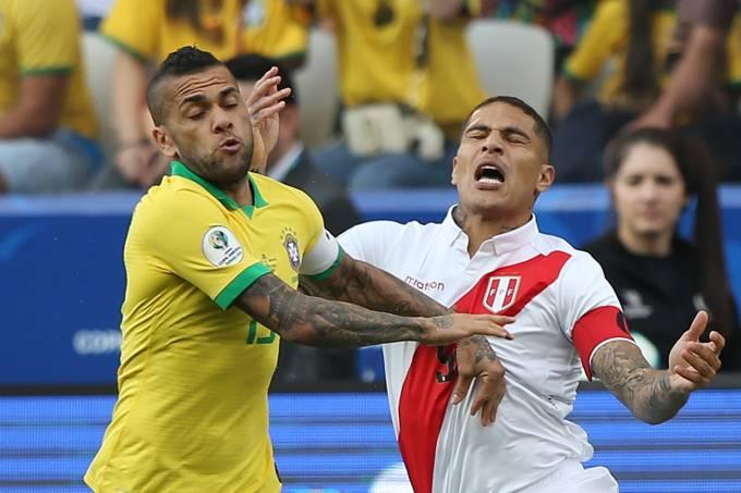 Daniel Alves e Paolo Guerrero, durante goleada por 5 a 0 na Arena Corinthians