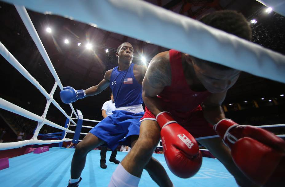 Keyshawn Davis, dos Estados Unidos, à esquerda, desfere golpe em Michael Alexzander, de Trinidad e Tobago, durante luta de boxe, em Lima