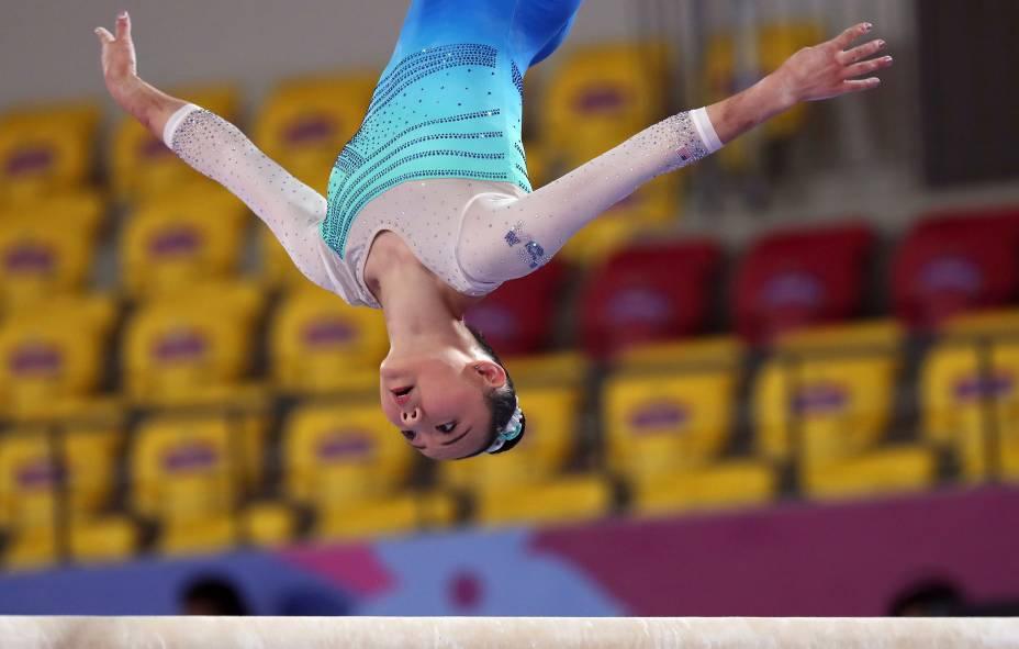 Kara Eaker, dos Estados Unidos, aquece antes da final de ginástica feminina, em Lima