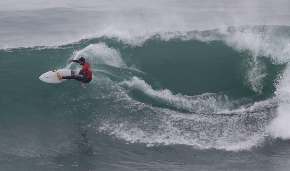 O argentino Santiago Muniz competindo na segunda rodada de repescagem de surfe masculino, na praia de Punta Rocas, em Lima