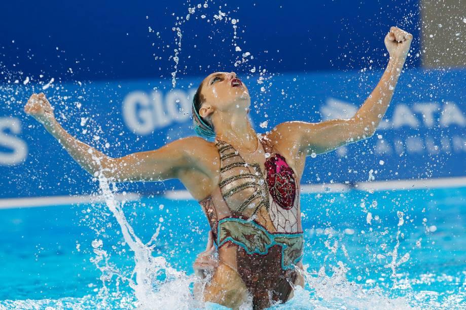 Ruby Remati, dos Estados Unidos, em ação na final do nado sincronizado em dueto, onde garantiu o bronze com sua companheira de equipe, Anita Alvarez