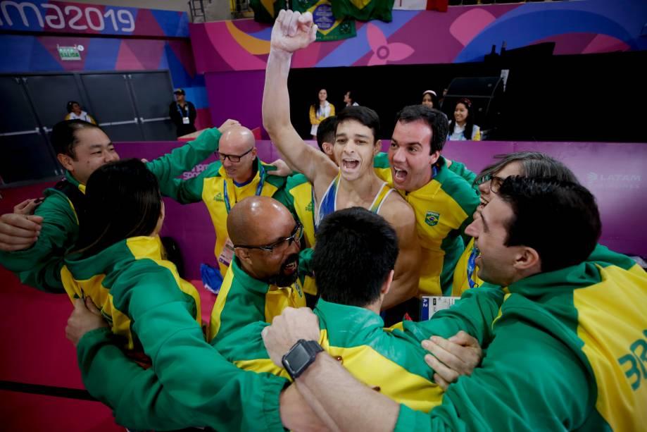Chico Barretto, do Brasil, comemora a conquista da medalha de ouro nas barras paralelas, em Lima
