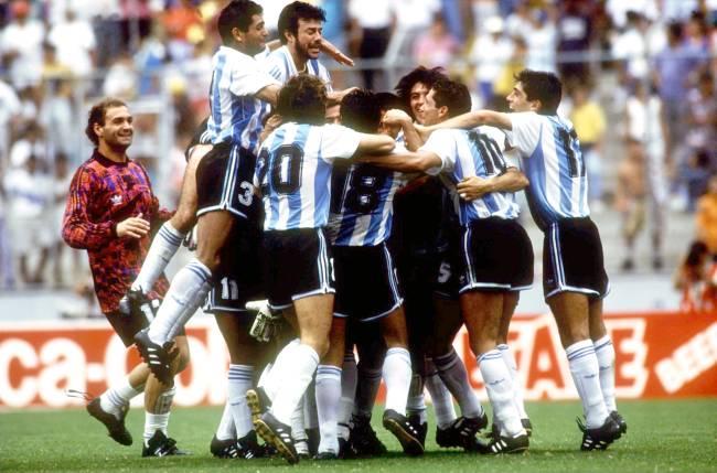 Argentina celebra sua vitória sobre o México na final da Copa América em junho de 1993