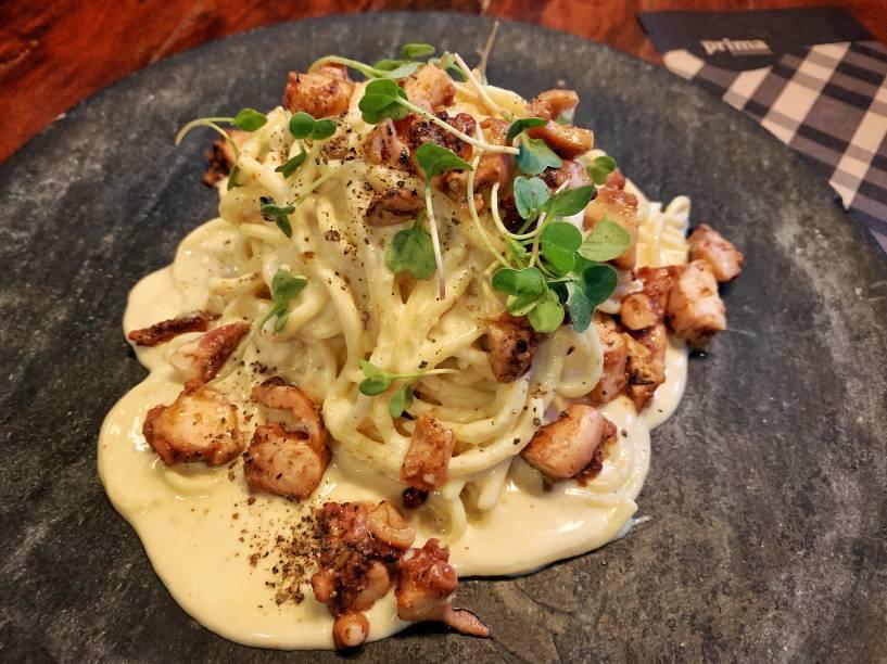 Carbonara de polvo e brócolis tostados: prato principal do menu de jantar