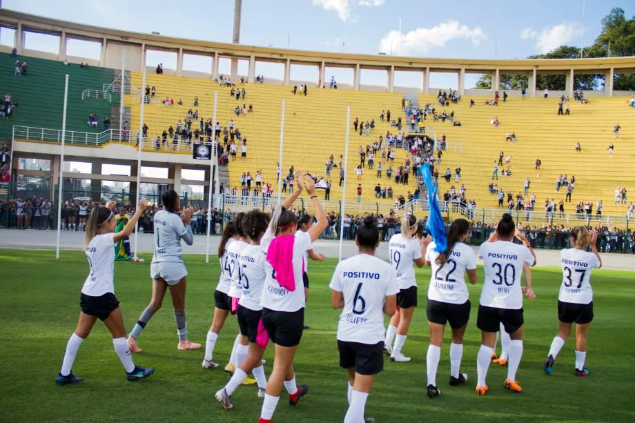 """<span style=""""font-weight:400;"""">FUTEBOL FEMININO - Jogadoras do Corinthians agradecem a torcida pelo apoio durante partida contra o Flamengo, no Pacaembu</span>"""