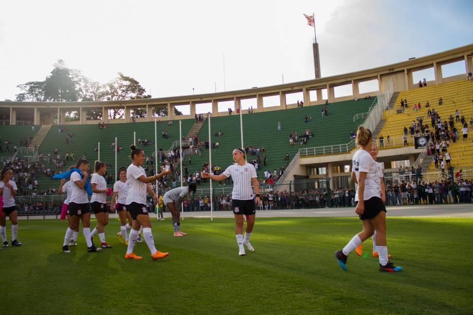 """<span style=""""font-weight:400;"""">FUTEBOL FEMININO - Jogadoras do Corinthians vão até o alambrado para agradecer a torcida pelo apoio, no Pacaembu</span>"""