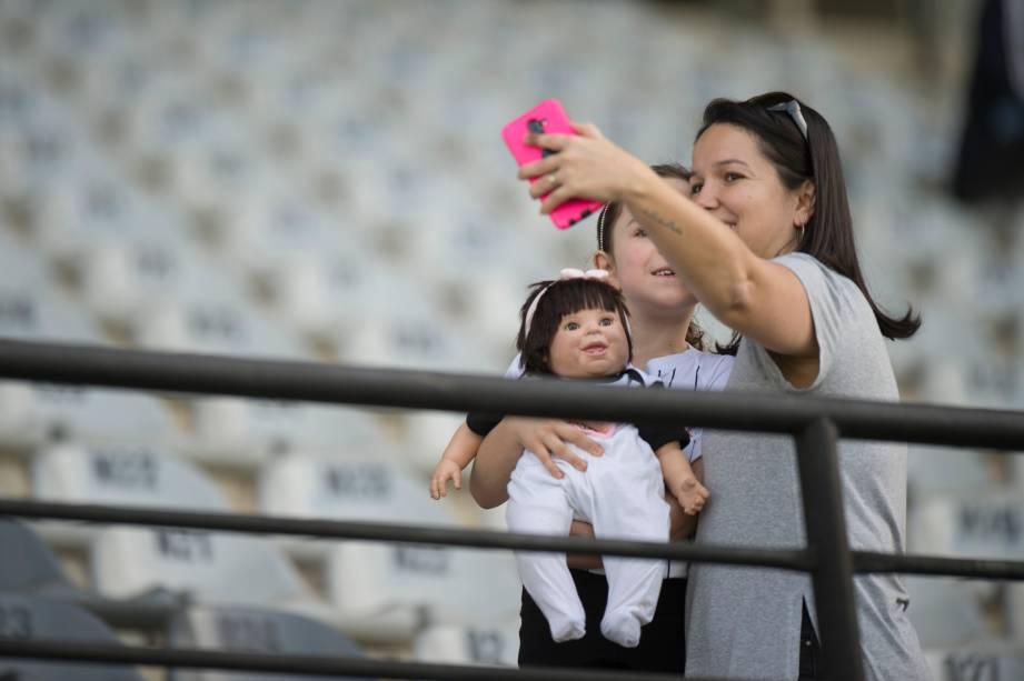 """<span style=""""font-weight:400;"""">FUTEBOL SUB20 - Mãe e filha tiram 'selfie' antes do início da partida pelo Brasileirão Sub-20, no Parque São Jorge</span>"""