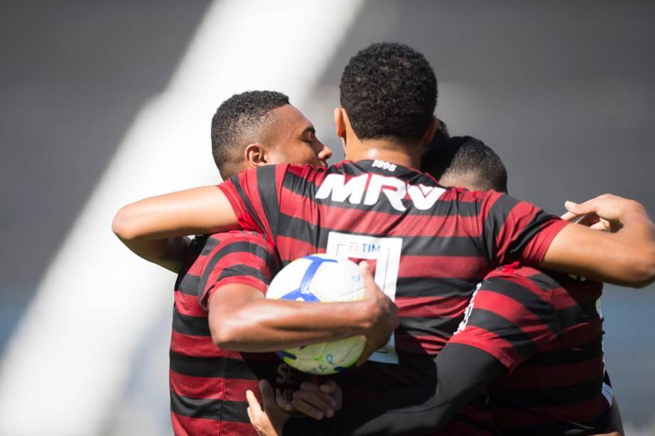 """<span style=""""font-weight:400;"""">FUTEBOL SUB20 - Jogadores do Flamengo comemoram após gol de empate pelo Brasileirão Sub-20, no Parque São Jorge</span>"""