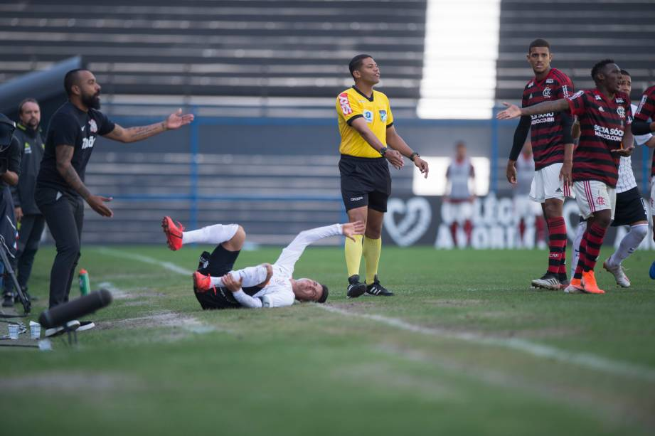 """<span style=""""font-weight:400;"""">FUTEBOL SUB20 - O técnico do Corinthians, Dyego Coelho, reclama com árbitro após falta em seu jogador, no Parque São Jorge</span>"""