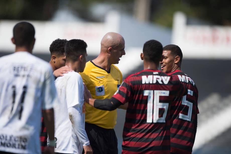 """<span style=""""font-weight:400;"""">FUTEBOL SUB20 - O árbitro <span>Ilbert Estevam da Silva </span>de Corinthians x Flamengo separa jogadores dos dois times para evitar o início de uma confusão</span>"""