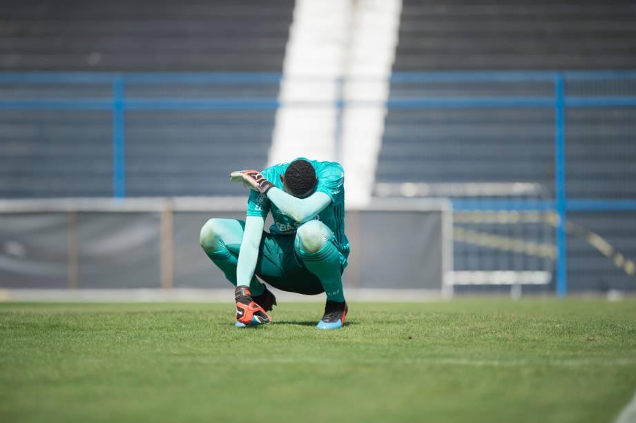 """<span style=""""font-weight:400;"""">FUTEBOL SUB20 - Goleiro Hugo, do Flamengo, passa mal por causa do calor durante partida contra o Corinthians, no Parque Sao Jorge</span>"""