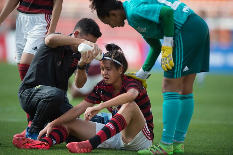 """<span style=""""font-weight:400;"""">FUTEBOL FEMININO - Zagueira Andressa recebe atendimento dentro de campo após choque com adversaria do Corinthians, no Pacaembu</span>"""