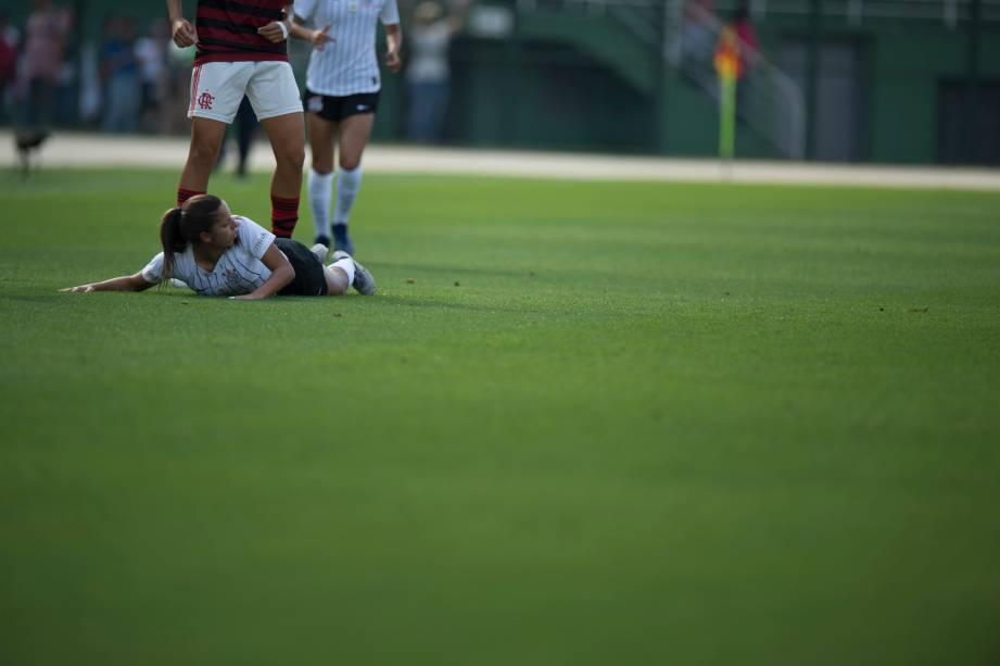 """<span style=""""font-weight:400;"""">FUTEBOL FEMININO - Meia-campista Diany ao chão após sofrer falta da adversária, no Pacaembu</span>"""