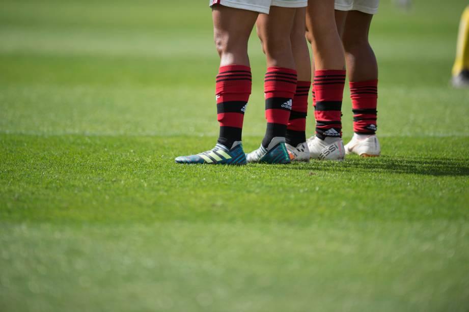 FUTEBOL FEMININO - Jogadoras do Flamengo formam barreira em lance de falta perigosa para o rival Corinthians, no Pacaembu