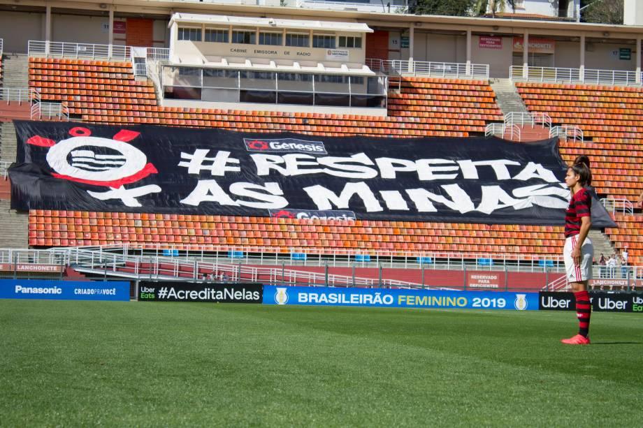 """FUTEBOL FEMININO - <span>Arquibancada do Pacaembu com a faixa da campanha """"Respeita as mina"""", idealizada pelo Corinthians</span>"""
