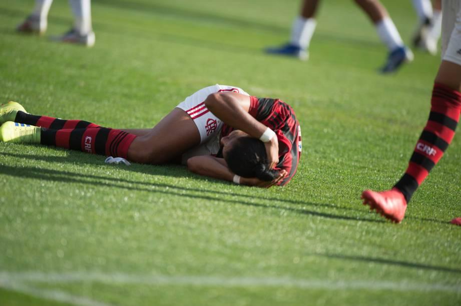 """FUTEBOL FEMININO - <span style=""""font-weight:400;"""">Atleta do Flamengo ao chão após choque de cabeça com adversária</span>, no Pacaembu"""