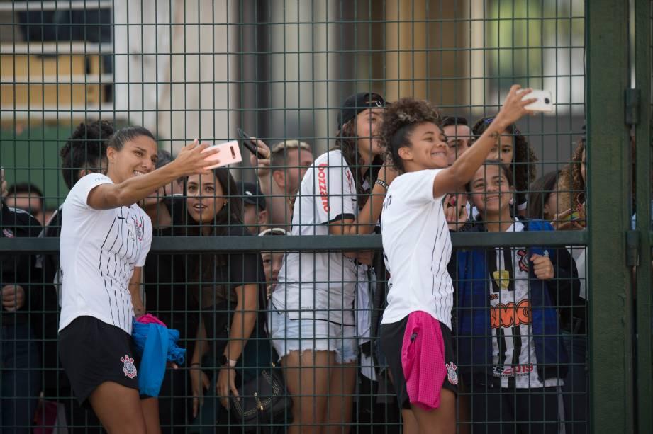 FUTEBOL FEMININO - As jogadoras Katiuscia e Ingryd posam para 'selfie' com torcedoras, no Pacaembu