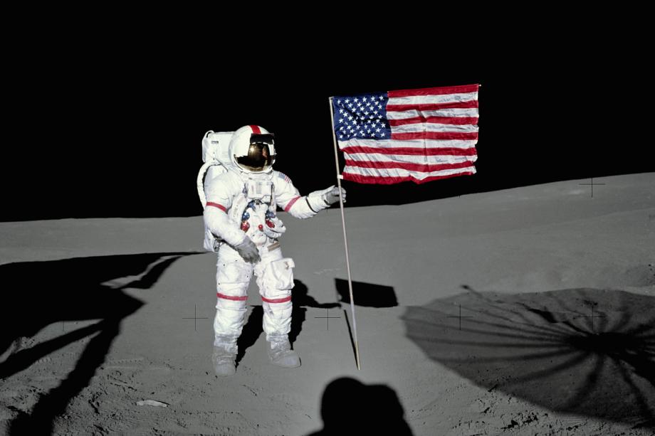 Alan Shepard coloca bandeira americana na Lua - 31/01/1971