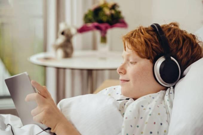 Menino ouve música no hospital