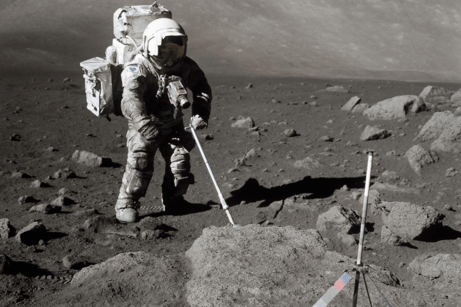Astronauta da missão Apollo 17 coleta amostras da superfície da Lua - 07/12/1972