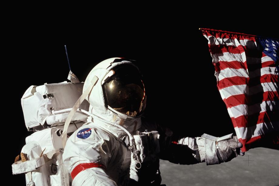 Gene Cernan, astronauta da missão Apollo 17, toca em bandeira americana na Lua - 07/12/1972