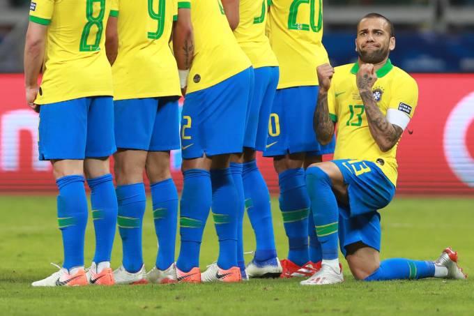 Daniel Alves na partida contra a Argentina, no Mineirão