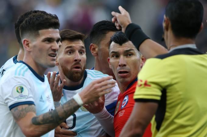 Messi e Medel foram expulsos pelo paraguaio Mário Díaz De Vivar
