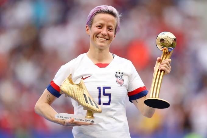 Megan Rapinoe com a chuteira e bola de ouro da Copa