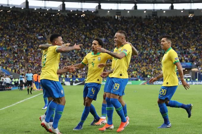 Brasil comemora um dos gols diante do Peru no Maracanã