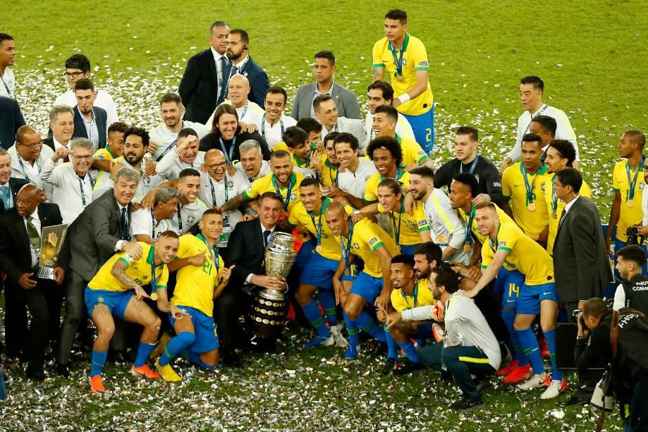 Presidente Jair Bolsonaro levantou a taça junto com os jogadores no Maracanã