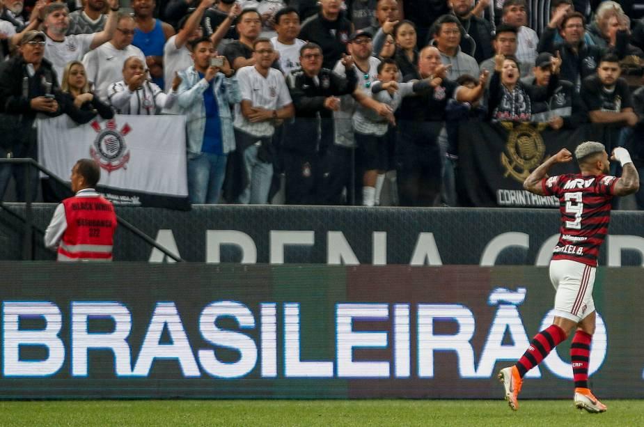 FUTEBOL MASCULINO - Gabigol comemora gol marcado no fim da partida contra o Corinthians, em Itaquera
