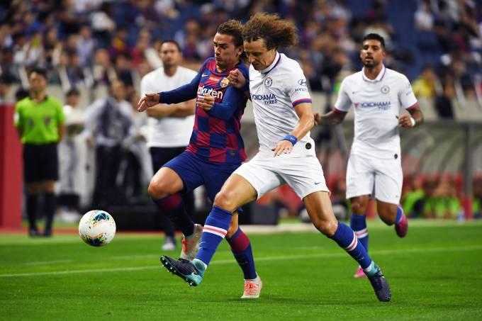 Griezmann divide com David Luiz em sua estreia pelo Barcelona, em Saitama