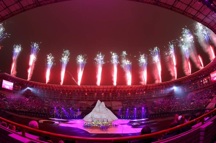 Fogos de artifício explodem durante a cerimônia de abertura dos Jogos Pan Americanos no Estádio Nacional, em Lima, Peru.