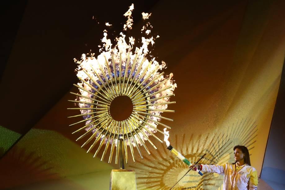 A ex-jogadora de vôlei, a peruana Cecilia Roxana Tait Villacorta, ilumina a chama Pan-Americana durante a cerimônia de inauguração de