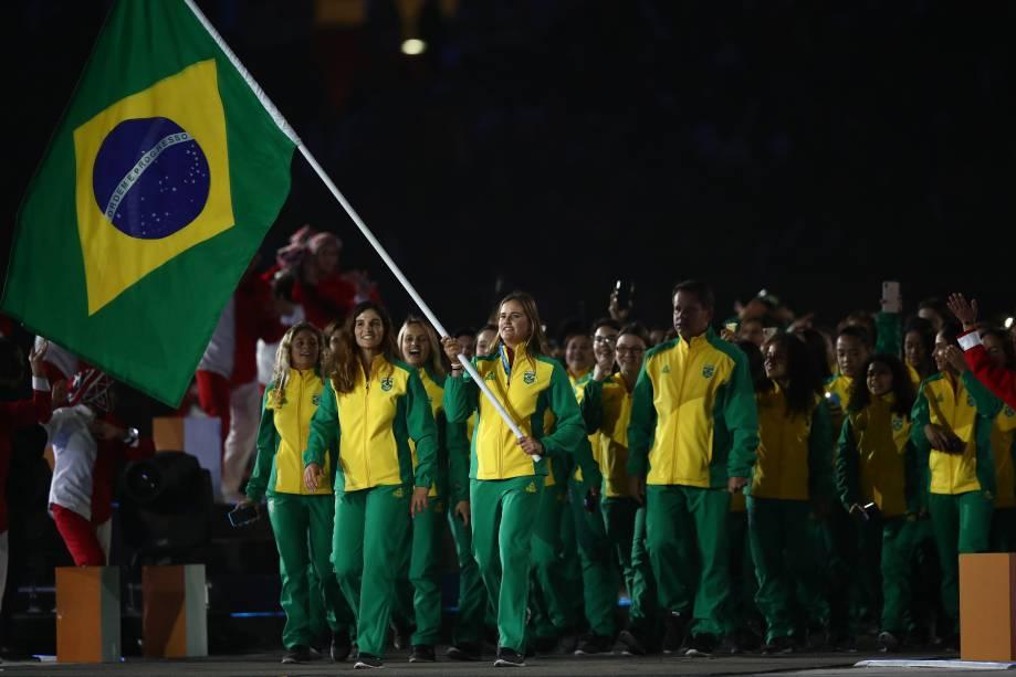 A porta-bandeira do Brasil, Martine Grael, durante a cerimônia de inauguração, em Lima